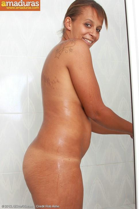 Negrita milf masturbándose en la ducha - foto 5