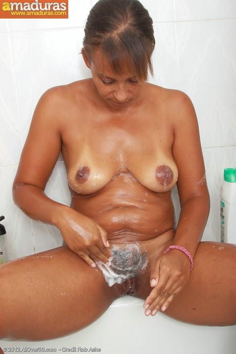 MILF se une al polvo en la ducha - Videos para Adultos