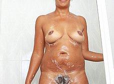 Negrita milf masturbándose en la ducha - foto 10