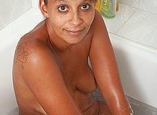 Negrita milf masturbándose en la ducha - foto 11