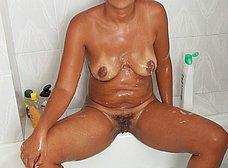 Negrita milf masturbándose en la ducha - foto 12