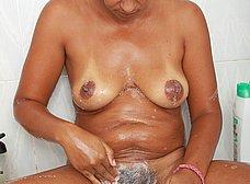Negrita milf masturbándose en la ducha - foto 13