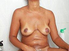 Negrita milf masturbándose en la ducha - foto 14