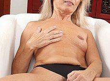Madura de coño peludo se abre de piernas - foto 7
