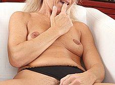 Madura de coño peludo se abre de piernas - foto 8