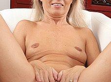 Madura de coño peludo se abre de piernas - foto 11