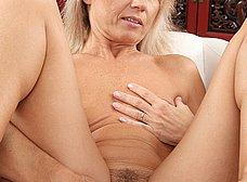 Madura de coño peludo se abre de piernas - foto 15