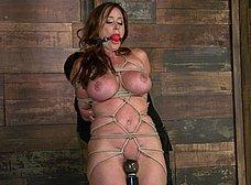 Madurita tetona amordazada y masturbada - foto 9
