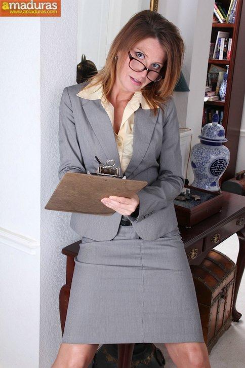 Secretaria madura llega a casa y se masturba - foto 1