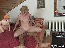 Su suegra le pilla con una muñeca hinchable - foto 8