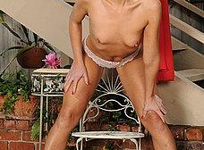 Madura guarrona probando su nuevo consolador - foto 8