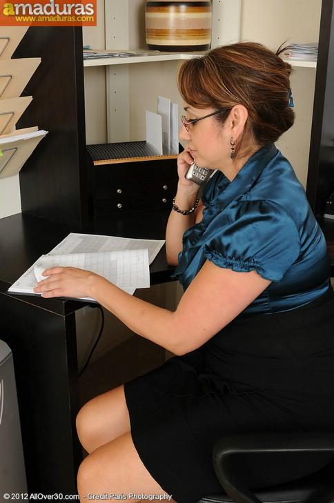 Madura administrativa se masturba en el trabajo - foto 2