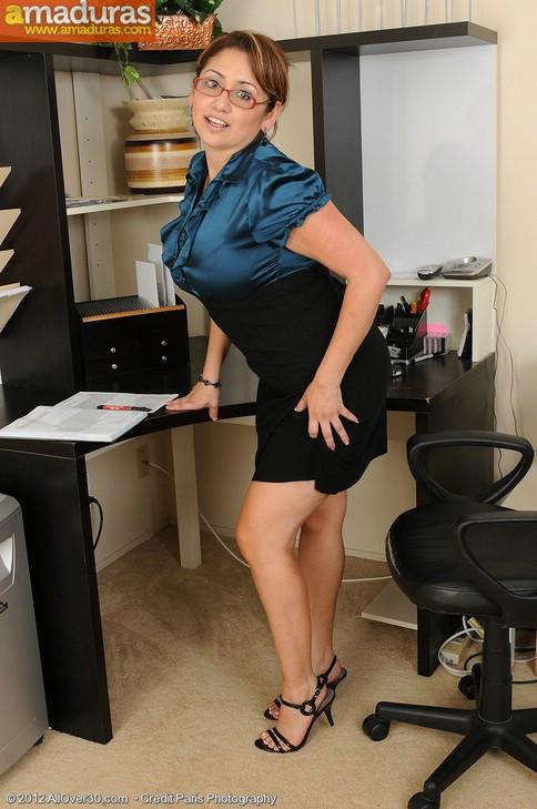 Madura administrativa se masturba en el trabajo - foto 4