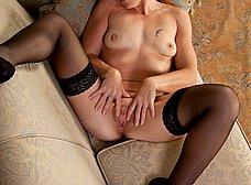 Madura exhibicionista posando en lenceria sexy - foto 13