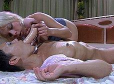 Guarras bisexuales se masturban y se follan - foto 10