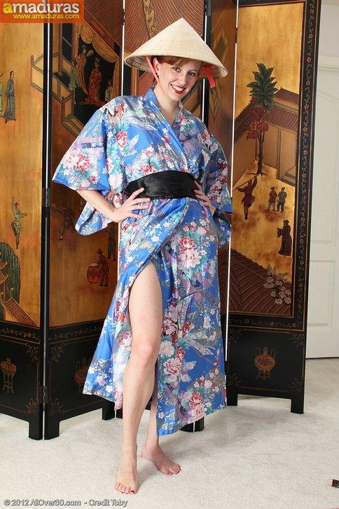 Madurita vestida de chinita se quita la ropa … - foto 2