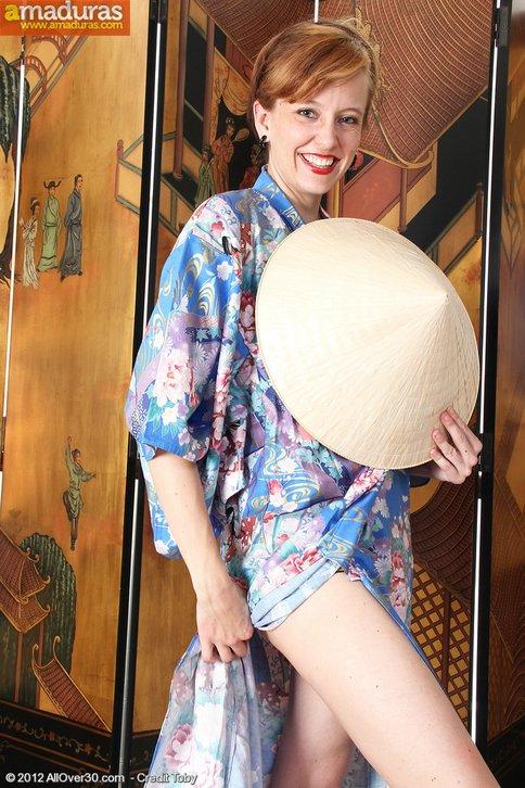 Madurita vestida de chinita se quita la ropa … - foto 3