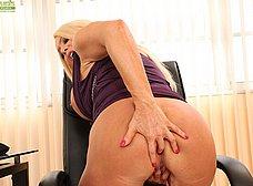 Cincuentona cachonda se masturba en la oficina - foto 10