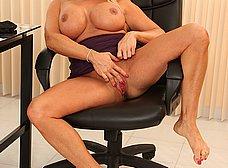 Cincuentona cachonda se masturba en la oficina - foto 13