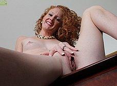 Madura pelirroja se exhibe en la webcam porno - foto 14