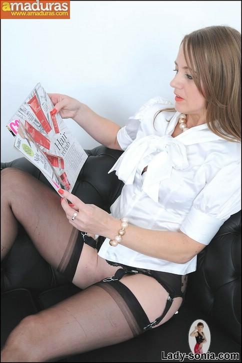 Madura se calienta viendo revistas porno - foto 2