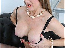 Madura se calienta viendo revistas porno - foto 9