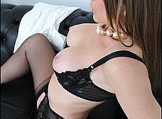 Madura se calienta viendo revistas porno - foto 11