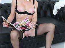 Madura se calienta viendo revistas porno - foto 12