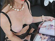 Madura se calienta viendo revistas porno - foto 15