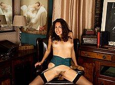 Casada viciosa nos enseña su coño peludo - foto 8