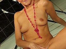 Madurita rubia se desnuda y se masturba - foto 12