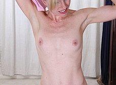Madurita treintañera haciendo gimnasia en casa - foto 8