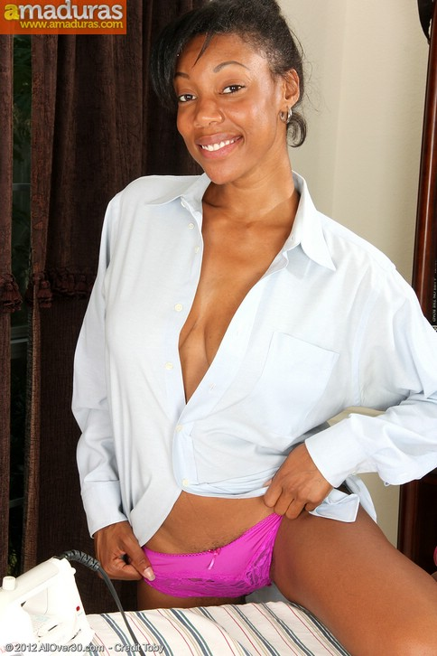 Milf negra planchando camisas acaba desnuda - foto 3