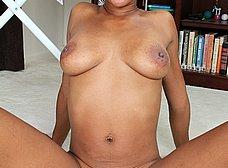 Milf negra planchando camisas acaba desnuda - foto 15
