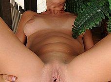 Madurita se masturba en la terraza de casa - foto 14