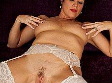 Madura cincuentona se quita el corsé y se masturba - foto 14