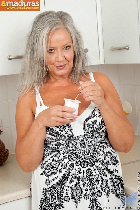Vieja pensionista se masturba en la cocina - foto 1