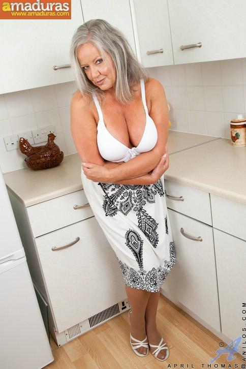 Vieja pensionista se masturba en la cocina - foto 4