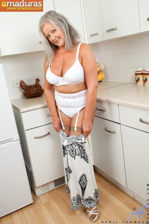 Vieja pensionista se masturba en la cocina - foto 5
