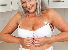 Vieja pensionista se masturba en la cocina - foto 6