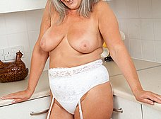 Vieja pensionista se masturba en la cocina - foto 7