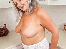 Vieja pensionista se masturba en la cocina - foto 8