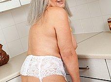 Vieja pensionista se masturba en la cocina - foto 9