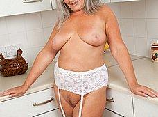 Vieja pensionista se masturba en la cocina - foto 10