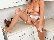 Vieja pensionista se masturba en la cocina - foto 11