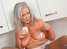 Vieja pensionista se masturba en la cocina - foto 12