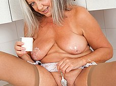 Vieja pensionista se masturba en la cocina - foto 13