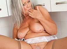 Vieja pensionista se masturba en la cocina - foto 14