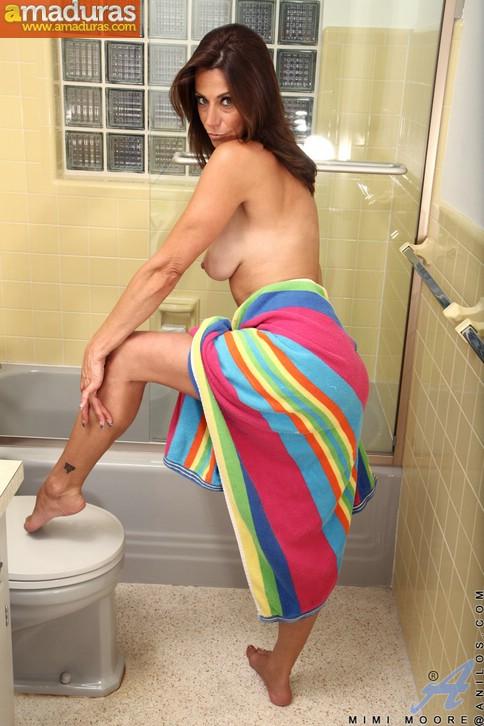 Ama de casa madurita se masturba en la ducha - foto 3