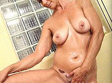 Ama de casa madurita se masturba en la ducha - foto 8
